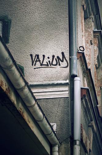 Valium, Graffiti an Hauswand Wand Text Wort Diazepam Medikament beruhigend Angstzustände Therapie psychoaktiv Abhängigkeit Rauschmittel Schlafmittel Sucht