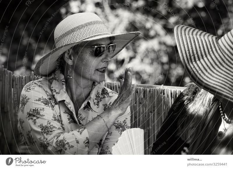 und ich sage Ihnen, gnä Frau ... Mensch Lifestyle Erwachsene Leben sprechen Senior feminin Stil Kommunizieren elegant verrückt Neugier Hut Konflikt & Streit