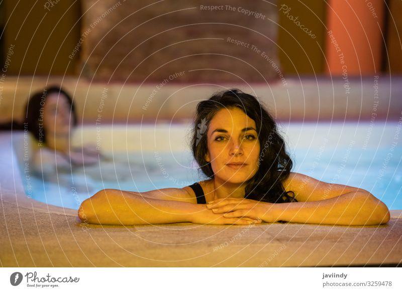 Zwei Frauen im arabischen Bad Hammam in Granada Lifestyle Reichtum schön Behandlung Erholung Spa Sauna Schwimmbad Freizeit & Hobby Dekoration & Verzierung