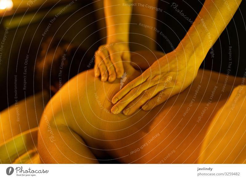 Frau erhält Rückenmassage in arabischen Bädern Lifestyle Reichtum schön Körperpflege Behandlung Wellness Erholung Spa Massage Freizeit & Hobby Mensch feminin