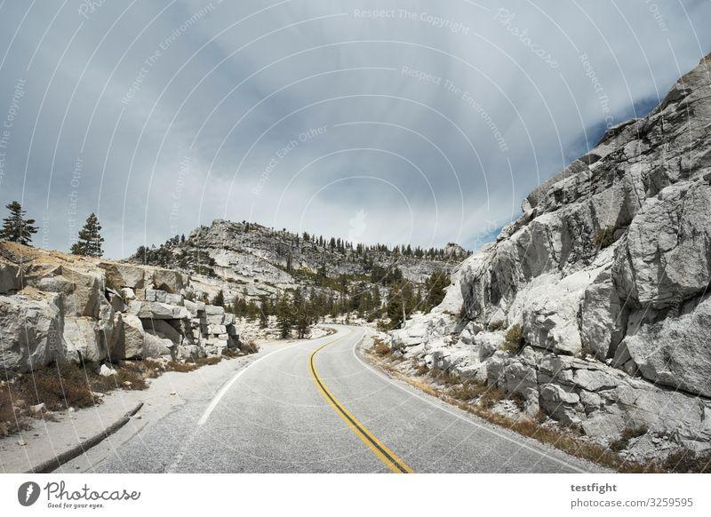 olmstead point Yosemite NP Tioga Pass Sierra Nevada USA Kalifornien Straße Steine massiv Berge u. Gebirge Fahrbahnmarkierung