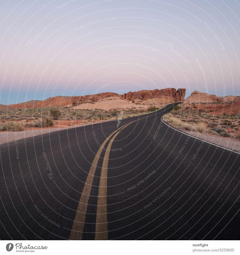 out on the highway straße teer belag boden weg markierung fahrbahn strecke abendlicht abendsonne wüste natur karg land überland einsam schwarz ruhe fahren