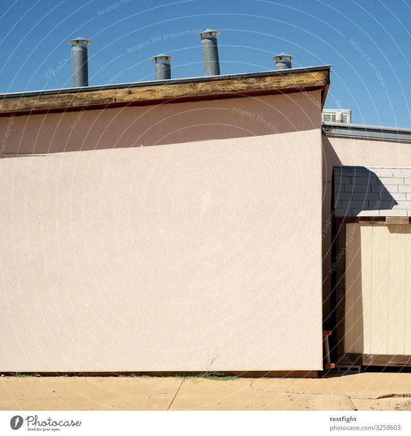 vier kamine fassade hauswand dach rohr sonne rückseite schatten gebäude architektur pink gutes wetter himmel Detailaufnahme
