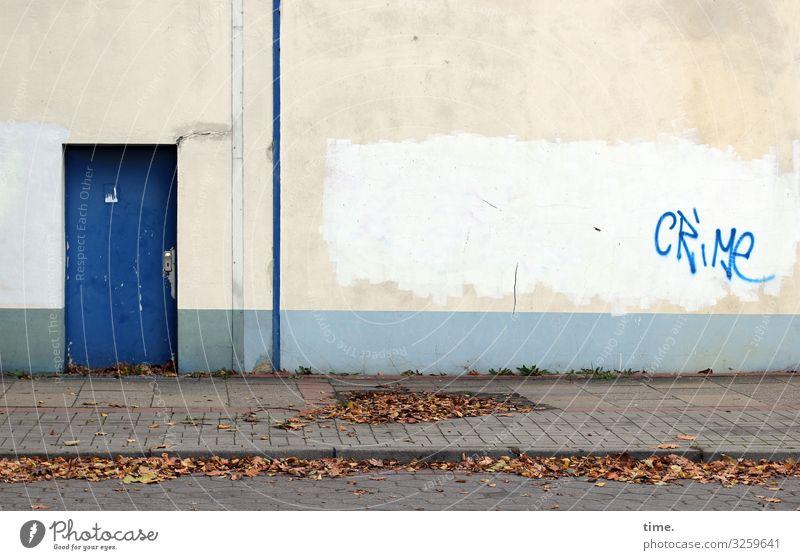Entrees (XVIII) Herbst Blatt Herbstlaub Bauwerk Gebäude Mauer Wand Tür Straße Wege & Pfade Bürgersteig Stein Metall Schriftzeichen Graffiti bedrohlich trashig