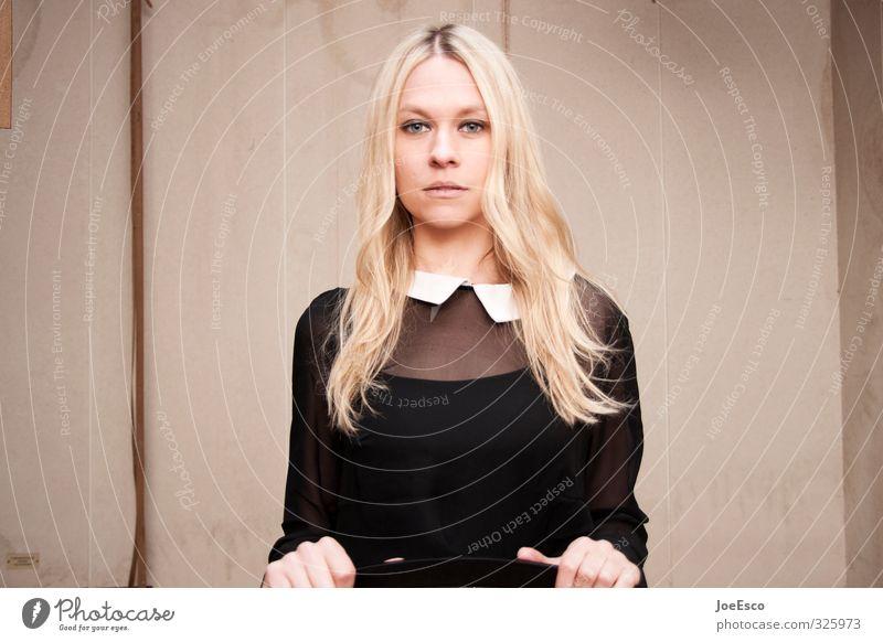 #325973 Häusliches Leben Raum Frau Erwachsene Gesicht 1 Mensch 18-30 Jahre Jugendliche Mauer Wand Mode Hemd blond langhaarig beobachten Denken Erholung