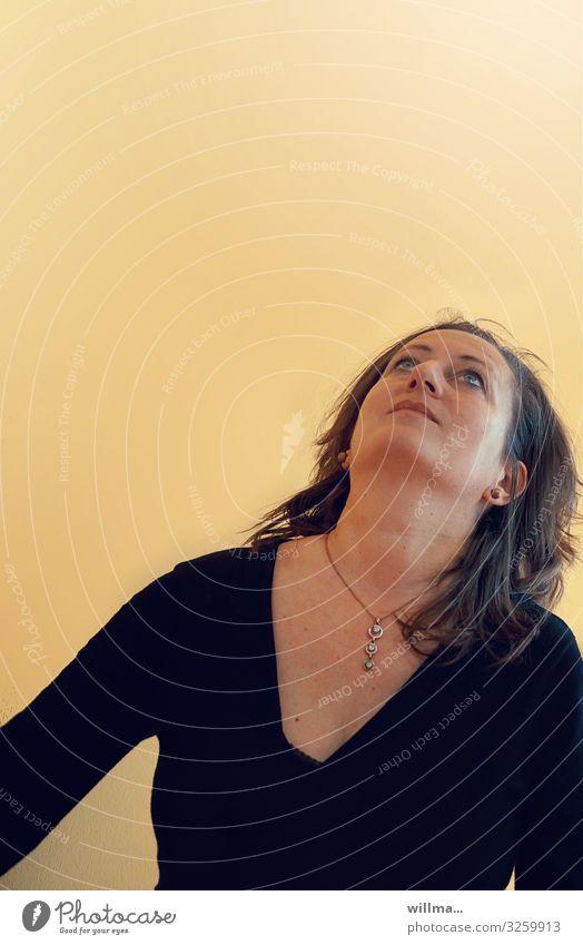 Reife brünette Frau schaut erwartungsvoll nach oben zum Textfreiraum Blick nach oben staunen Suche Hoffnung Religion & Glaube Überraschung erstaunt Neugier
