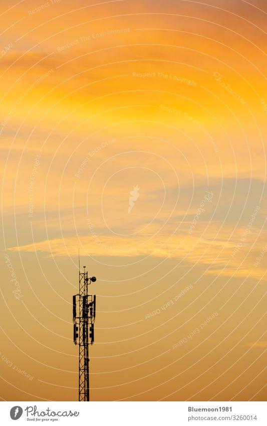 Kommunikations-Antennenturm in der Morgendämmerung mit Wolken schön Wellen Industrie Telefon Handy Technik & Technologie Internet Himmel Herbst Fluggerät hell