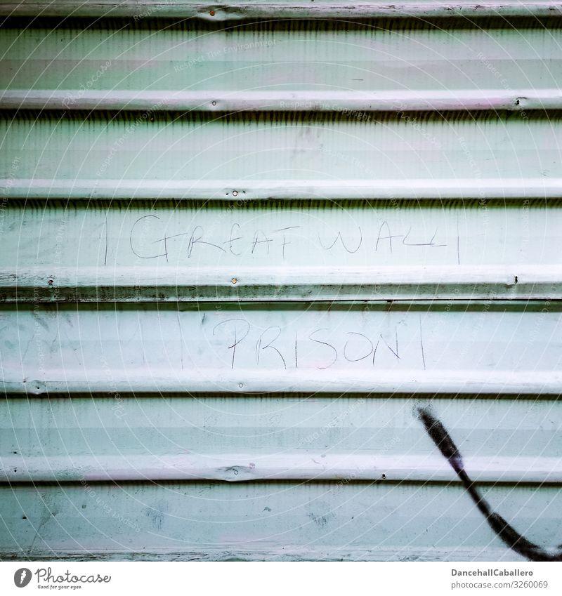 Mauerpolitik... Architektur Wand Metall Schriftzeichen Graffiti Armut Freiheit Gesellschaft (Soziologie) Hoffnung Krise Perspektive Politik & Staat Trennung