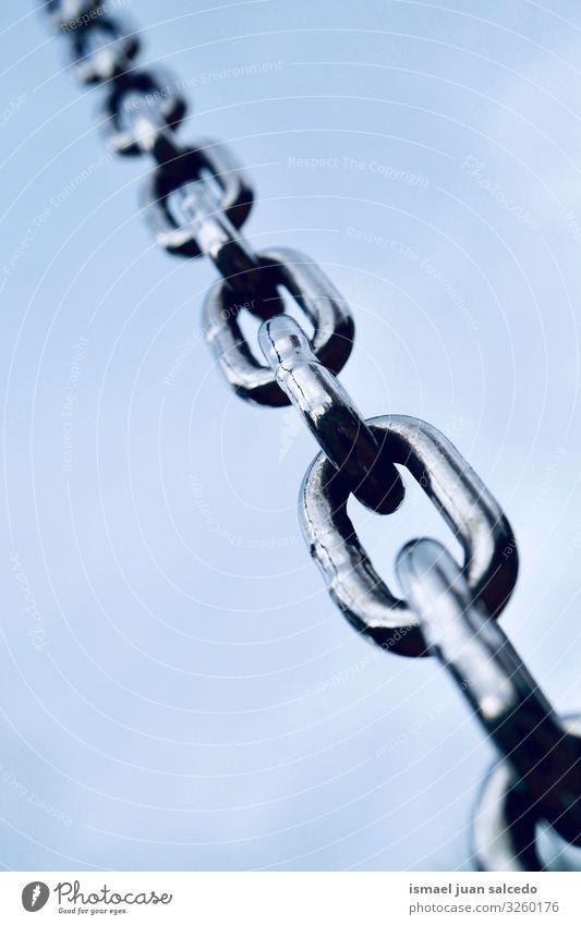 Metallkette und blauer Himmel Eisenkette Stahl Link industriell stark Kraft Geborgenheit Industrie verlinkt Anschluss Objektfotografie abstrakt sehr wenige