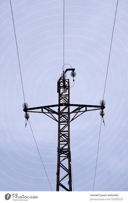 Strommast und Himmel Turm Energiewirtschaft Mitteilung Antenne Kabel sehr wenige elektrisch Kraft Elektrizität Technik & Technologie Industrie industriell Linie