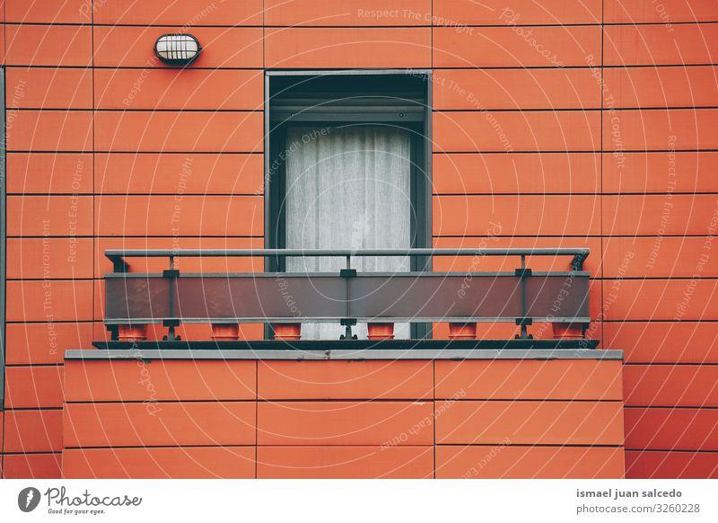 Fenster an der roten Fassade des Hauses in Bilbao Stadt Spanien Gebäude Außenaufnahme heimwärts Straße Großstadt Farbe mehrfarbig Strukturen & Formen