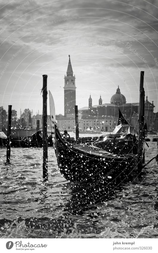Wenn die Gondeln Trauer tragen Wasser Wassertropfen Wellen Küste Venedig Italien Hafenstadt Altstadt Kirche Gebäude Turm Sehenswürdigkeit Passagierschiff