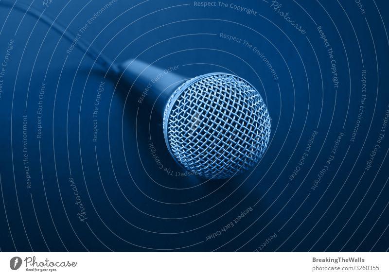 Nahaufnahme klassisches Mikrofon mit Kabel über Dunkelblau Freizeit & Hobby Musik Technik & Technologie Schallplatte dunkel Perspektive indigo Höhe Winkel