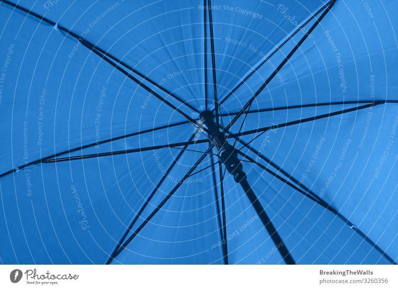 Nahaufnahme blauer Regenschirm Niederwinkelansicht Sonne Klima Klimawandel Wetter schlechtes Wetter Accessoire unten Schutz Farbe Perspektive blaugrün