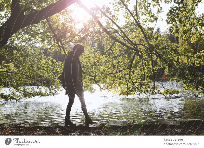 I gave up on everything feminin androgyn Homosexualität Sonne Sonnenlicht Wetter Baum Wildpflanze Seeufer Teich schön einzigartig Zufriedenheit Romantik