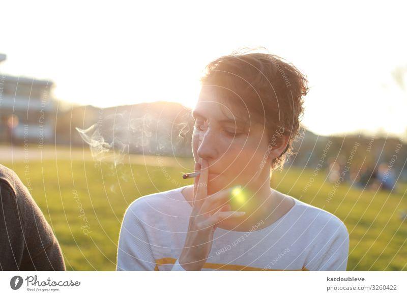 In the islands of the mind feminin androgyn Homosexualität Kind genießen Rauchen Sonne Licht Lichtstrahl Park Sommer Außenaufnahme