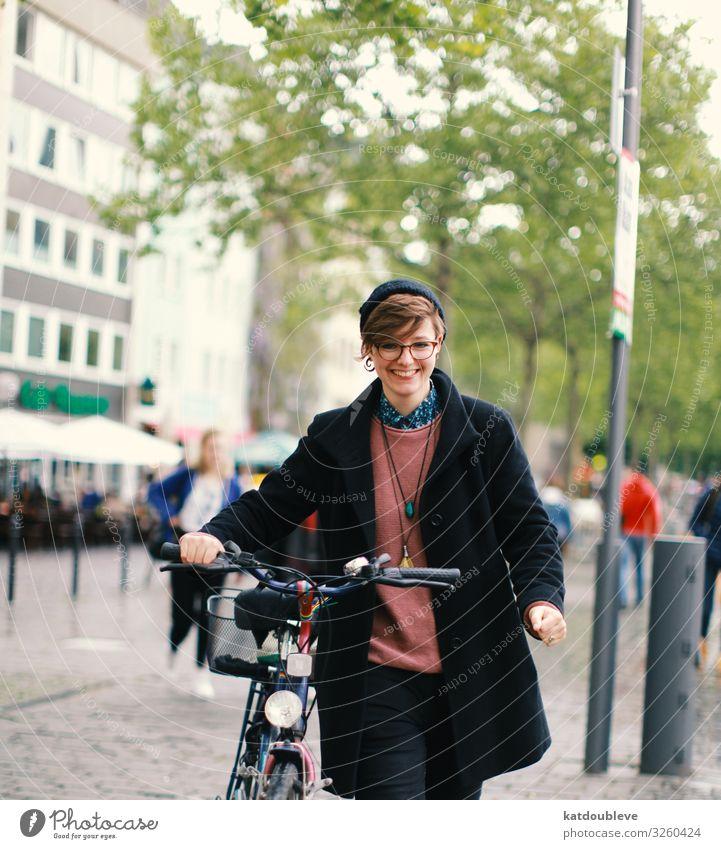 It warms my heart Erholung Lifestyle Zusammensein Freundschaft Fahrrad elegant Lächeln Fröhlichkeit authentisch Fahrradfahren Fitness beobachten Freundlichkeit