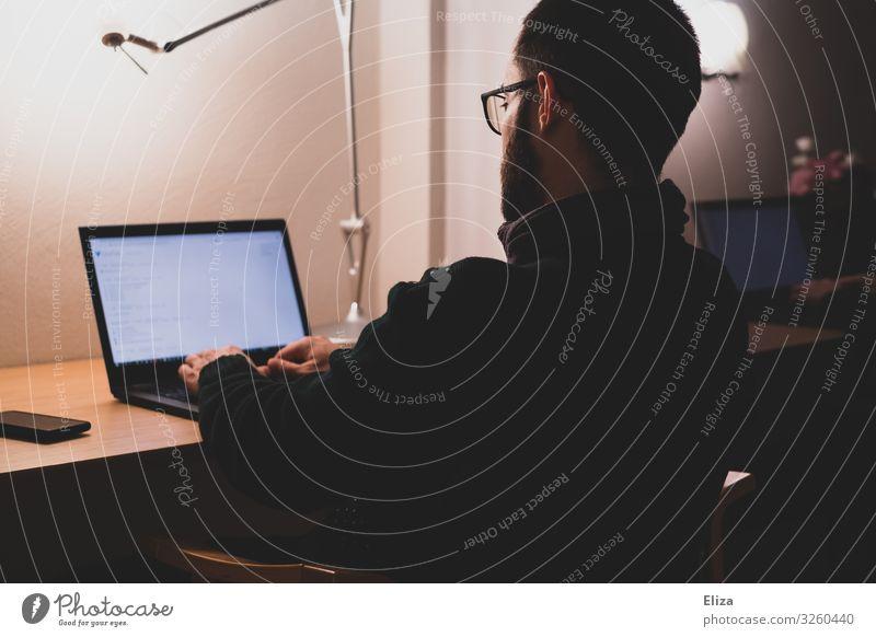 Mann der an seinem Laptop zuhause am Schreibtisch im Homeoffice sitzt und arbeitet homeoffice Arbeit & Erwerbstätigkeit Büroarbeit Arbeitsplatz maskulin