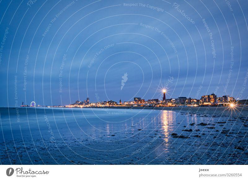 Scheveninger Strand am Abend mit Blick auf den Leuchtturm und das Riesenrad Städtereise Himmel Horizont Den Haag Niederlande Stadt Skyline maritim Scheveningen