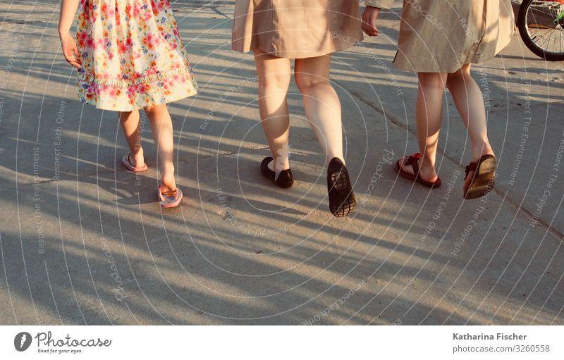 the walk Beine Frühling Sommer Straße Kleid Mantel Schuhe laufen braun mehrfarbig rosa rot schwarz weiß Gleichschritt Mädchen Generation Wade Flipflops