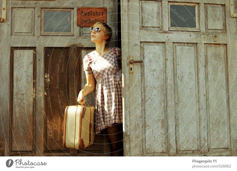 schau schau elegant feminin Junge Frau Jugendliche Körper 1 Mensch 18-30 Jahre Erwachsene Tor Tür Bekleidung Kleid Strumpfhose Sonnenbrille blond beobachten
