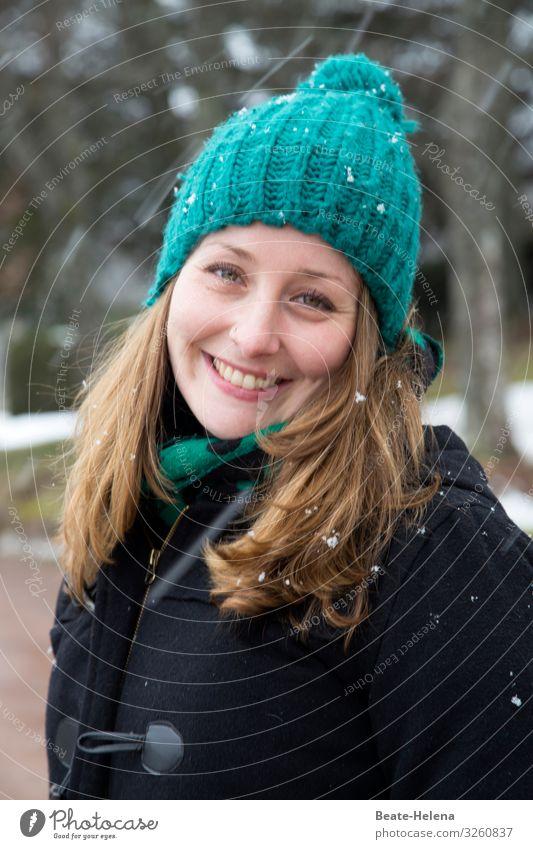 Das Leben ist schön! Lifestyle Gesundheit Junge Frau Jugendliche Natur Winter Wetter Schneefall Wald Wege & Pfade Mantel Mütze blond langhaarig atmen beobachten
