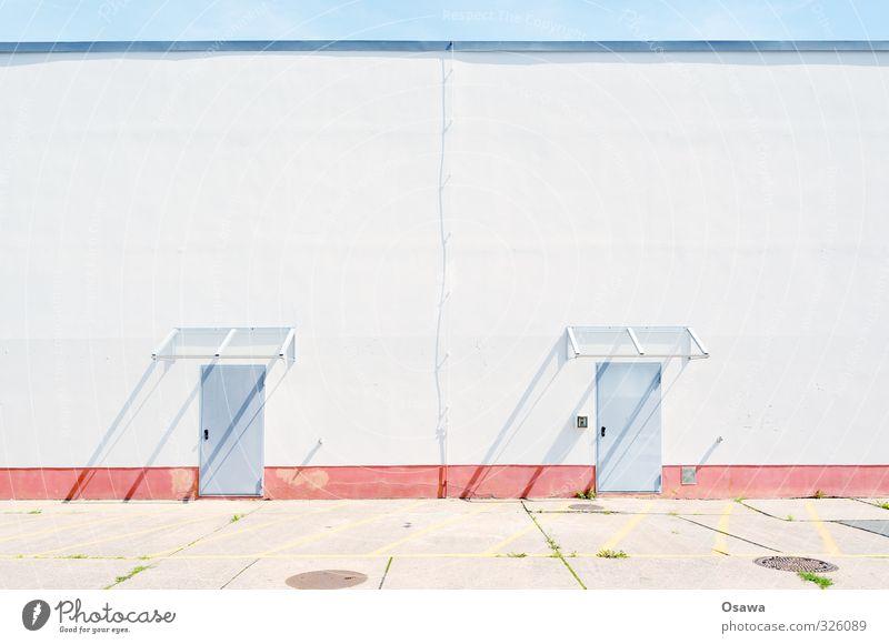 Rückseite Gebäude Supermarkt Kaufhaus Lagerhalle Halle Wand Hinterhof Tür Eingangstür Vordach Glasdach Schutzdach weiß rot blau grau Beton Putz Textfreiraum