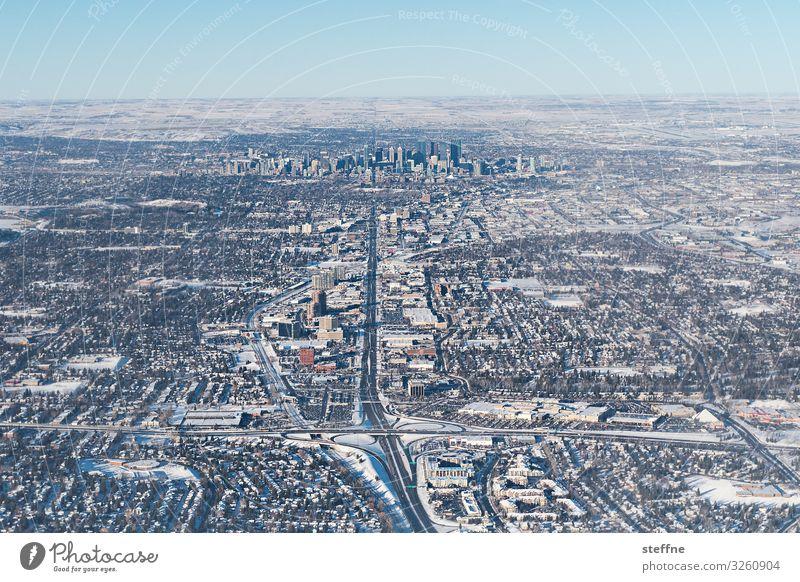 WINTER IS COMING Wolkenloser Himmel Winter Schönes Wetter Stadt kalt Schnee Skyline Calgary Straße Straßenkreuzung Verkehrssicherheit frisch Farbfoto
