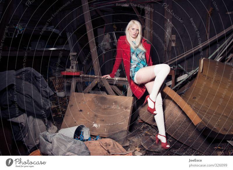 #326099 Lifestyle elegant Stil Abenteuer Wohnung Renovieren Umzug (Wohnungswechsel) Keller Frau Erwachsene Ruine Mode Mantel Strümpfe blond beobachten