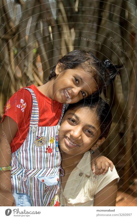 Meine liebende Schwester Glück Kind Schulkind Mädchen Gesicht Lächeln Liebe Umarmen klein tot Schatz Schwestern zwei Zweiergruppe Inder asiatisch fröhlich