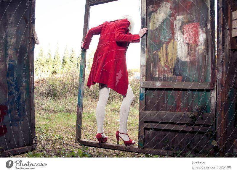 #326100 Lifestyle Stil Freizeit & Hobby Abenteuer Ferne Freiheit Frau Erwachsene Mensch Tür Mode Mantel Damenschuhe blond festhalten trendy einzigartig schön