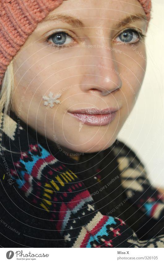 Winter schön Haut Gesicht Schnee Schneefall Schal Mütze blond Lächeln Winterstimmung Schneeflocke Schneekristall Farbfoto mehrfarbig Nahaufnahme