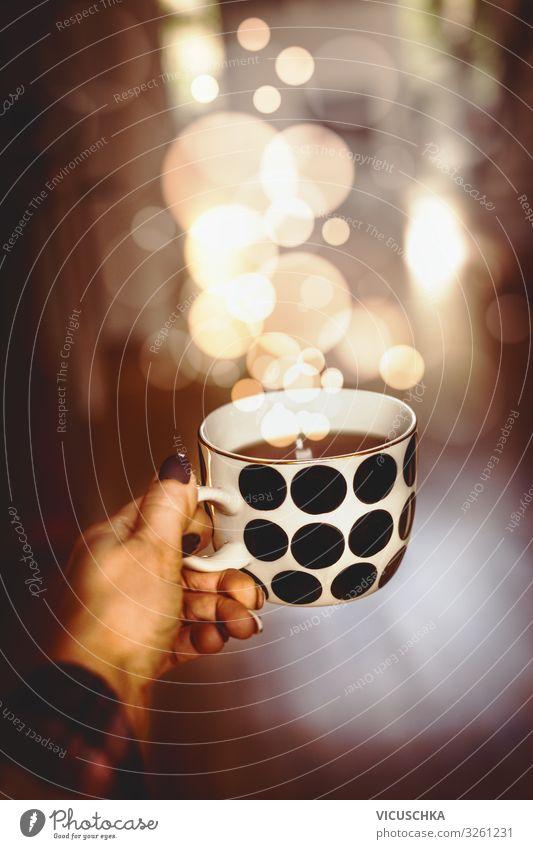 Hand haltet Tasse mit heißem Getränk und BokeH Lebensmittel Heißgetränk Kakao Kaffee Tee Lifestyle Design Häusliches Leben Weihnachten & Advent Frau Erwachsene