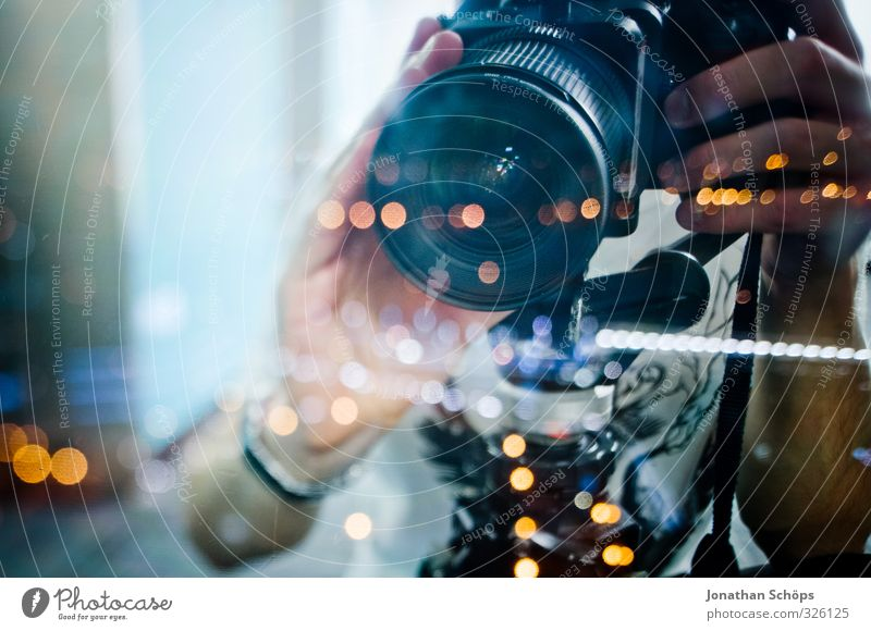 junger Fotograf mit Tilt-Shift Objektiv hinter Glasscheibe bei Nacht Mensch maskulin Hand 1 18-30 Jahre Jugendliche Erwachsene ästhetisch Fotokamera