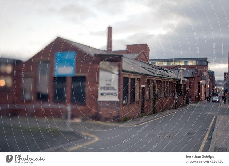 Tilt & Shift Sheffield I Stadt Wolken Haus dunkel Straße Architektur Gebäude trist leer Fabrik Bauwerk Backstein Schornstein England Industrieanlage hässlich