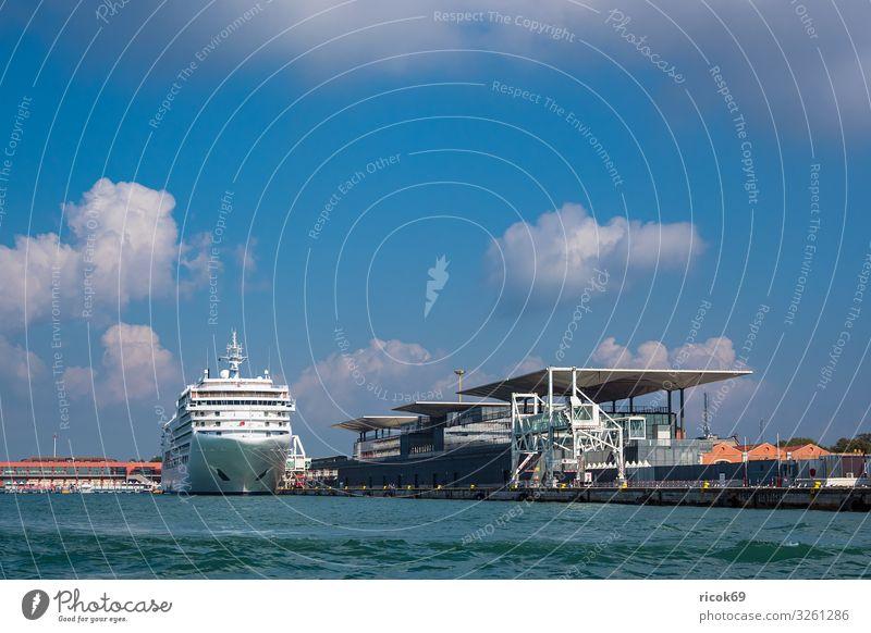 Blick auf den Kreuzfahrthafen in Venedig, Italien Erholung Ferien & Urlaub & Reisen Tourismus Haus Wasser Wolken Stadt Hafen Bauwerk Gebäude Architektur