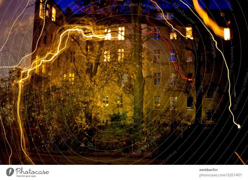 Silvester Abend Altbau Bewegung Fassade Fenster glänzend Haus Hof Innenhof Stadtzentrum Licht Lichtspiel Lichtschreiben Lichtmalerei Lightshow Linie