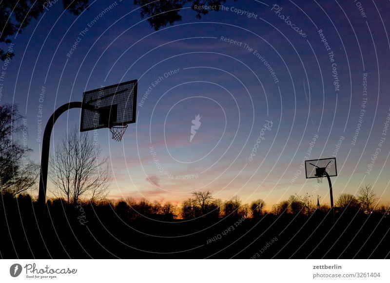 Basketball am Abend Ballsport Basketballkorb Korb Menschenleer Spielen Spielfeld Textfreiraum dunkel Dämmerung Himmel Himmel (Jenseits) Horizont Berlin steglitz