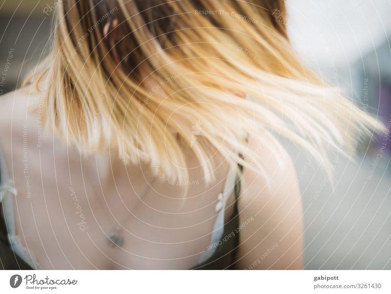 Schüttel dein Haar für mich feminin Haare & Frisuren 1 Mensch Bewegung drehen Tanzen blond Coolness schön einzigartig natürlich Geschwindigkeit verrückt wild