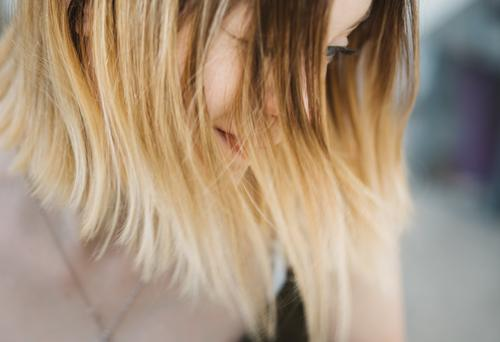 Blick nach unten Frau Mensch Jugendliche Junge Frau Einsamkeit 18-30 Jahre Erwachsene Leben feminin Gefühle Haare & Frisuren Denken nachdenklich blond