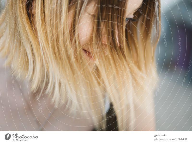 Blick nach unten Mensch feminin Junge Frau Jugendliche Erwachsene Haare & Frisuren 1 18-30 Jahre blond langhaarig Denken Einsamkeit Enttäuschung Gefühle Leben
