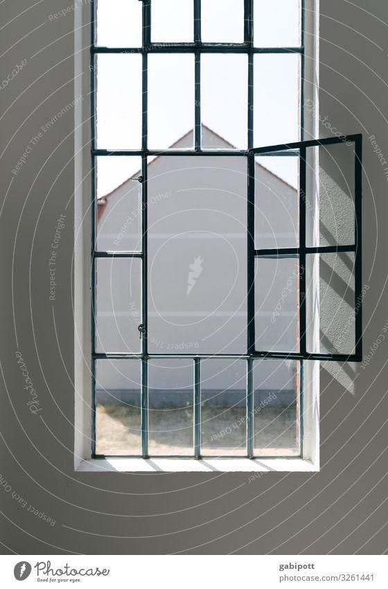 Aussicht Haus Industrieanlage Mauer Wand Fassade Fenster Stadt Symmetrie alt luftig hell Häusliches Leben Altbau Altbauwohnung frisch Farbfoto Außenaufnahme