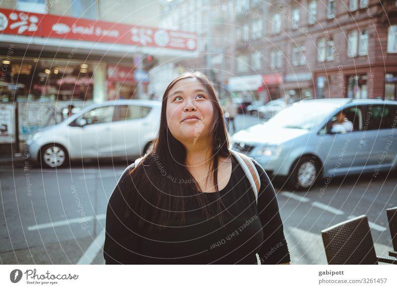 Blick nach oben Frau Mensch Jugendliche Junge Frau Stadt 18-30 Jahre Straße Erwachsene Leben natürlich feminin Haare & Frisuren Fassade frisch Fröhlichkeit