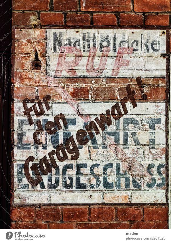 Zeitzeuge alt Stadt weiß rot schwarz Wand Mauer braun grau Schriftzeichen authentisch Altstadt Backstein Image Garage Einfahrt