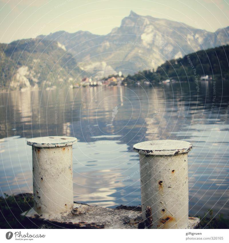 schlauchbootanleger Himmel Natur Wasser ruhig Landschaft Wald Umwelt Berge u. Gebirge Felsen Idylle Schönes Wetter Urelemente Gipfel Hügel Seeufer Dorf