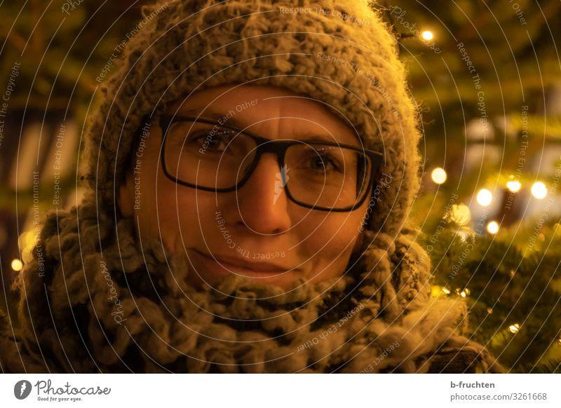 Frau mit Wollmütze und Schal Lifestyle kaufen Stil Freude Freizeit & Hobby Nachtleben Veranstaltung Feste & Feiern Weihnachten & Advent Silvester u. Neujahr