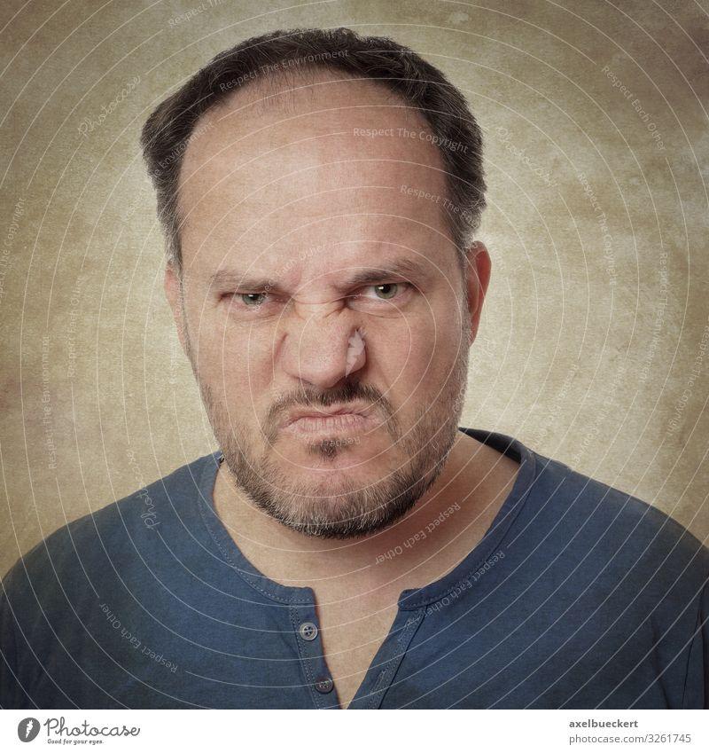 Wutschnaubender Mann Mensch Erwachsene Gefühle maskulin T-Shirt Bart schwarzhaarig Ekel Aggression Vollbart Ärger kurzhaarig 30-45 Jahre Dreitagebart