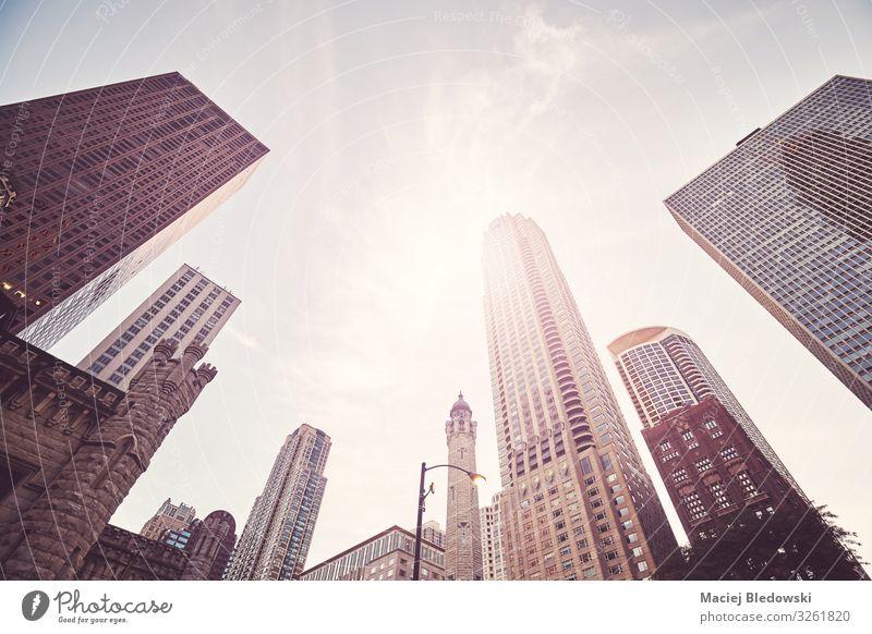 Blick auf die Wolkenkratzer von Chicago, USA. kaufen Reichtum Sonne Büro Himmel Stadt Stadtzentrum bevölkert Hochhaus Bankgebäude Gebäude Architektur elegant