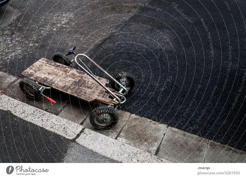 Kettkarre Kettcar Kindheit Spielzeug seifenkiste einfach Straße parken alt Eigenbau einparken Spielen dunkel Straßenrand retro Mobilität Kindheitserinnerung
