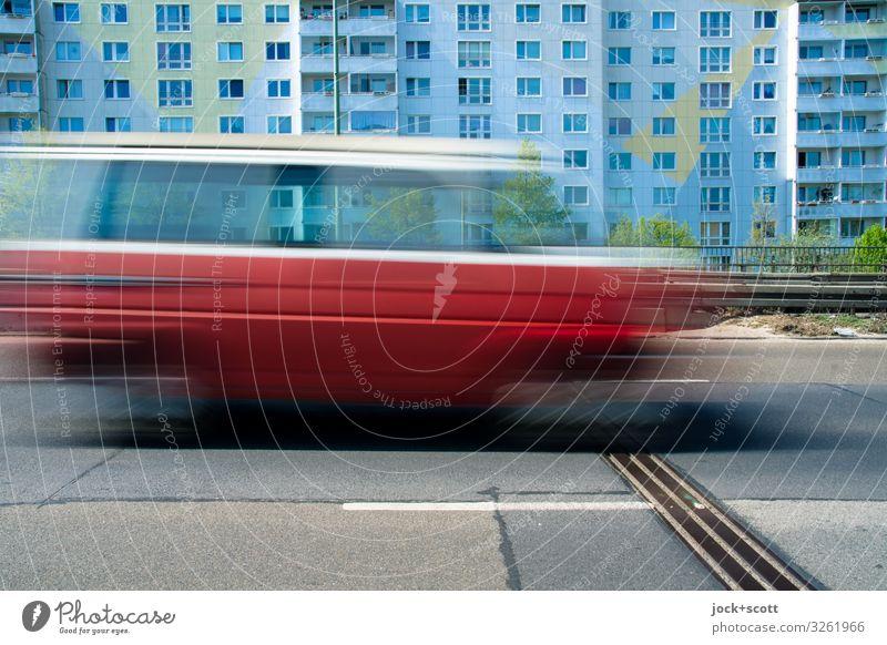 Tempolimit auf der Stadtautobahn Pankow Plattenbau Fassade Verkehrswege Kleintransporter Betonplatte fahren Geschwindigkeit trist Mobilität Symmetrie abstrakt